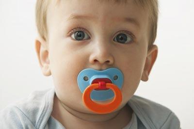 شیردهی نوزاد, فواید مکیدن شیشه و پستانک